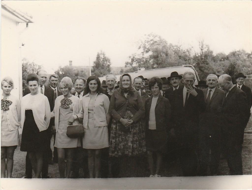 Gyülekezeti kirándulás Kassára. A kép útközben, Nagykaposon készült (1968).